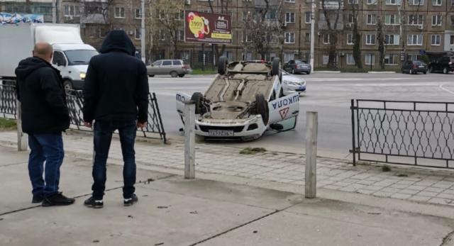 Перепутала педали: в Керчи перевернулся учебный автомобиль