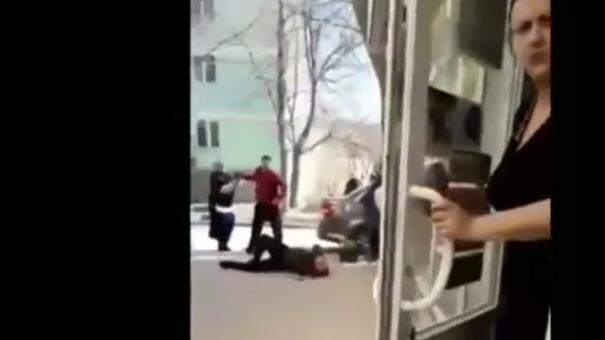 В Феодосии водитель чуть не сбил стоявшего на тротуаре пешехода, а потом избил его