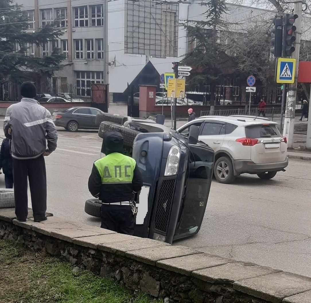 В Крыму на дороге опрокинулся УАЗ «Патриот»