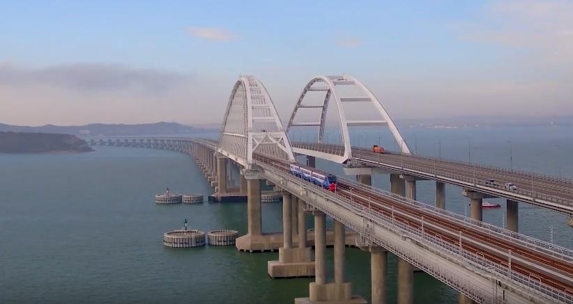 Появилось видео проезда рельсового автобуса по Крымскому мосту