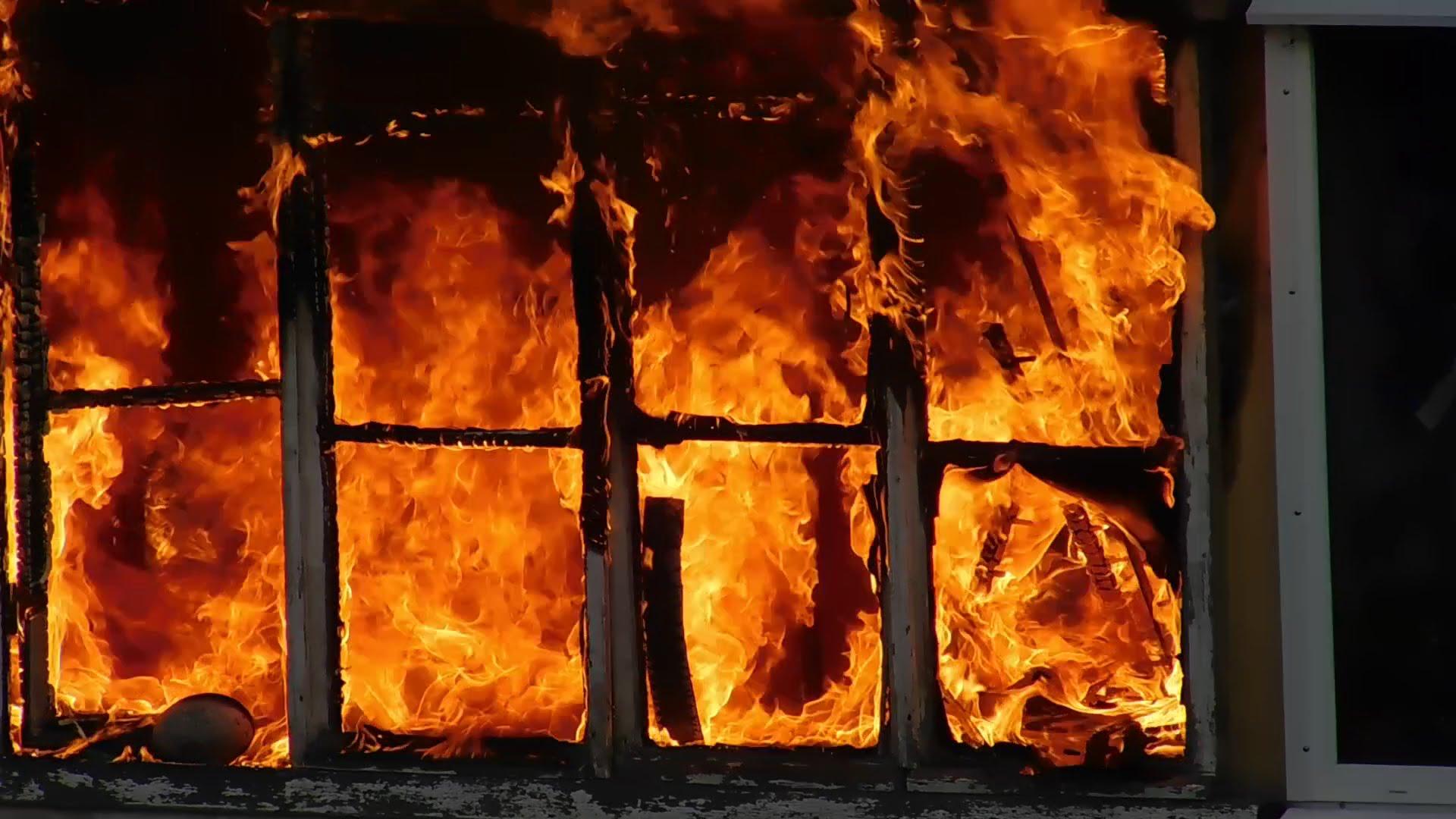 В Крыму ночью эвакуировали 130 человек из горящей двенадцатиэтажки