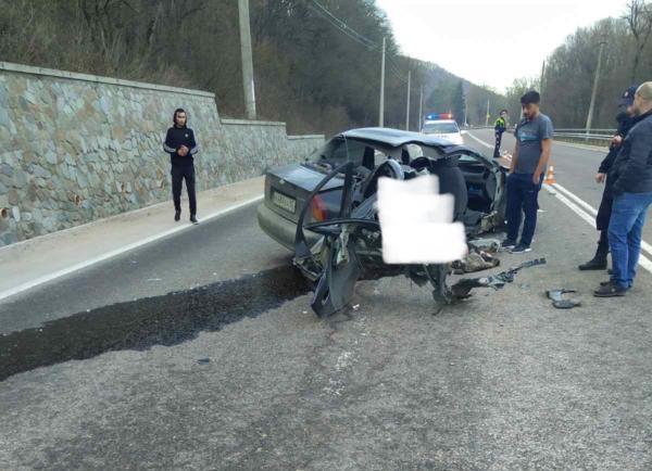 Один погибший: в Крыму автомобиль разбился о подпорную стену