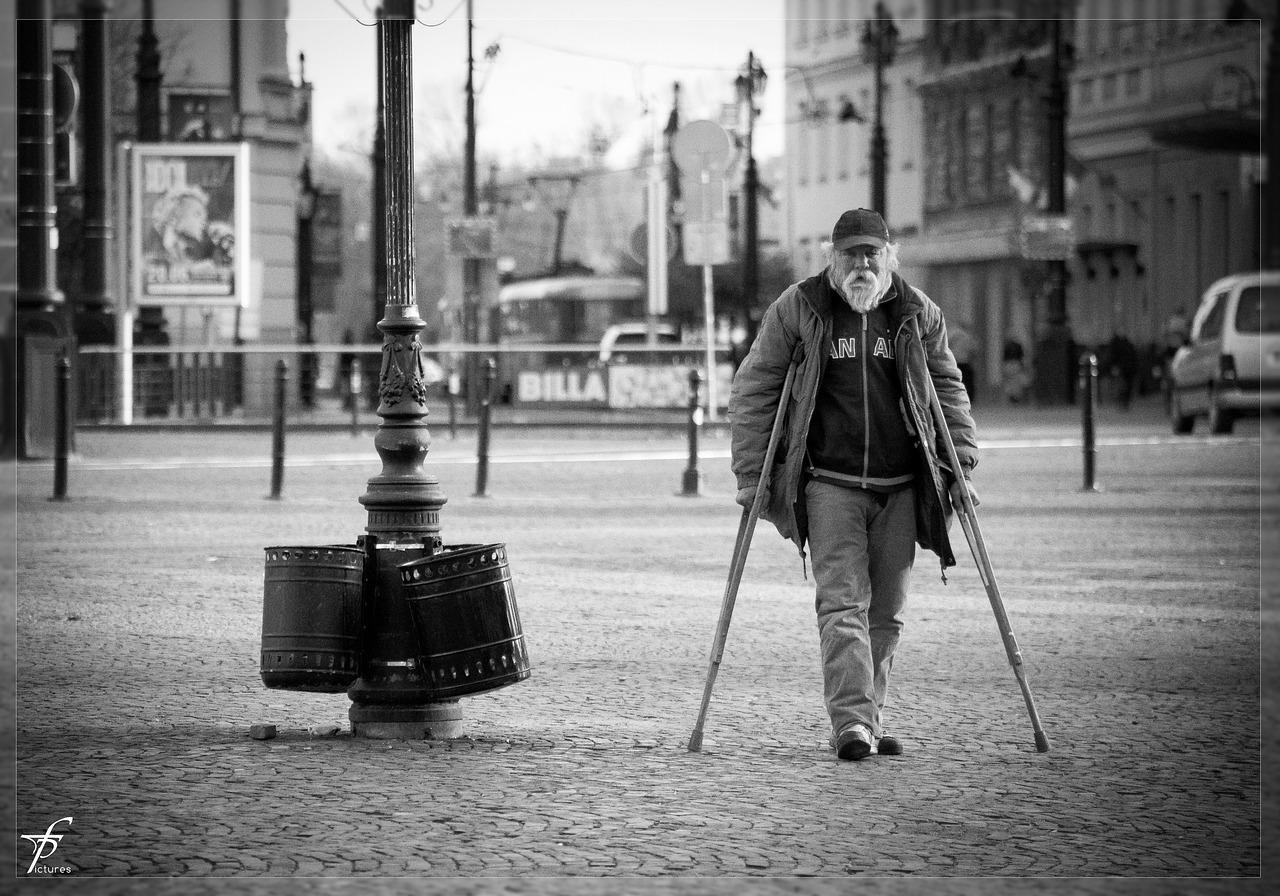 В Севастополе пьяная женщина ограбила инвалида