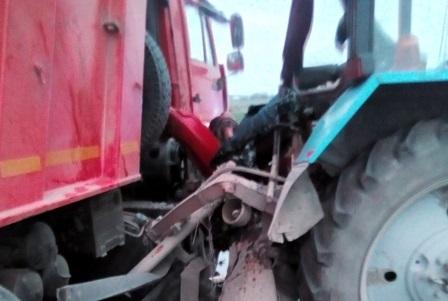 В Крыму на трассе столкнулись трактор и грузовик
