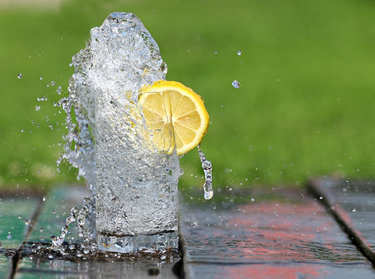 Чем на самом деле полезно употребление воды натощак