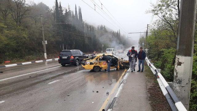 В Крыму лоб в лоб столкнулись такси и внедорожник