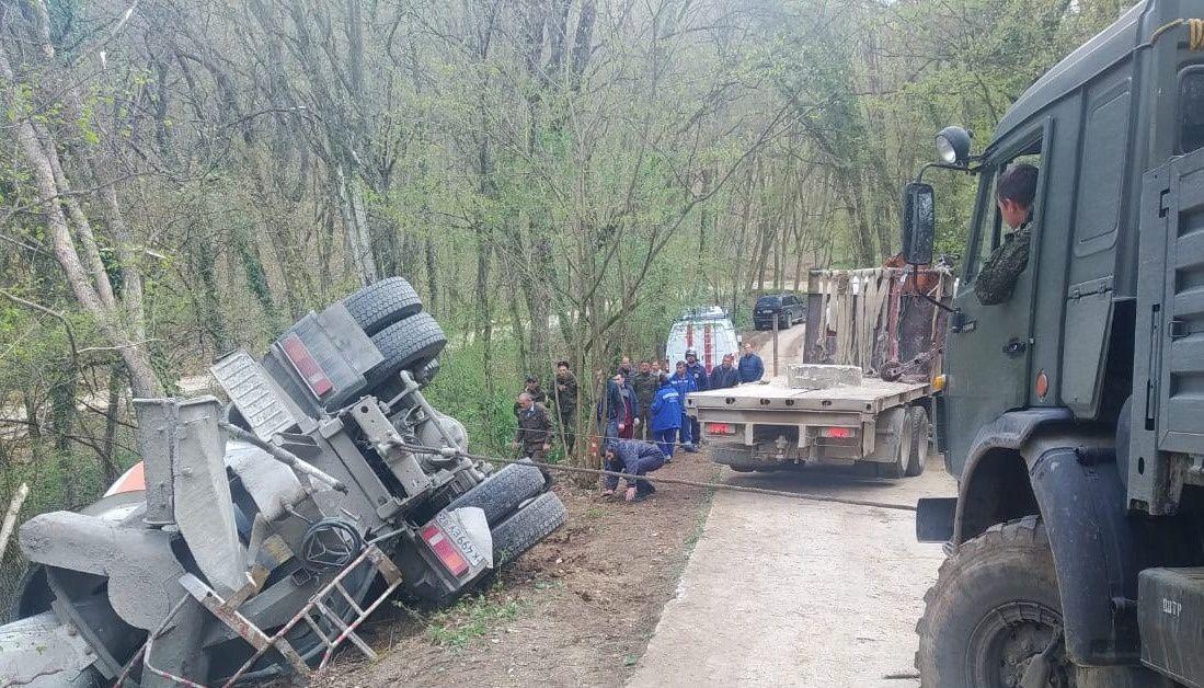 На грунтовой дороге в Крыму перевернулся КамАЗ