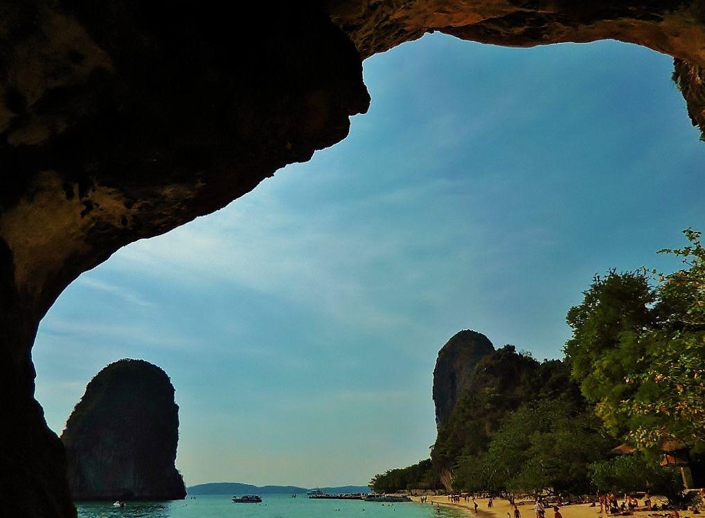 В Таиланде обнаружили живущих в пещере российских туристов