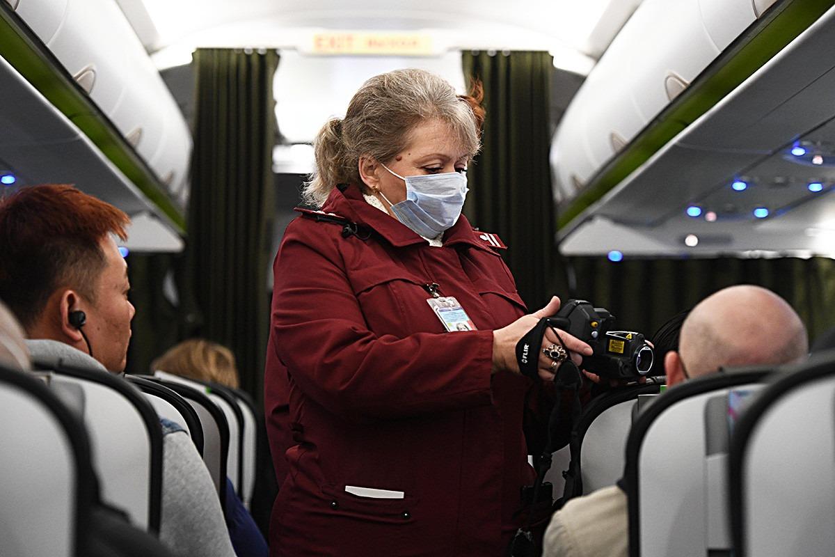 Прилетающих в Крым пассажиров проверяют еще в салоне самолета