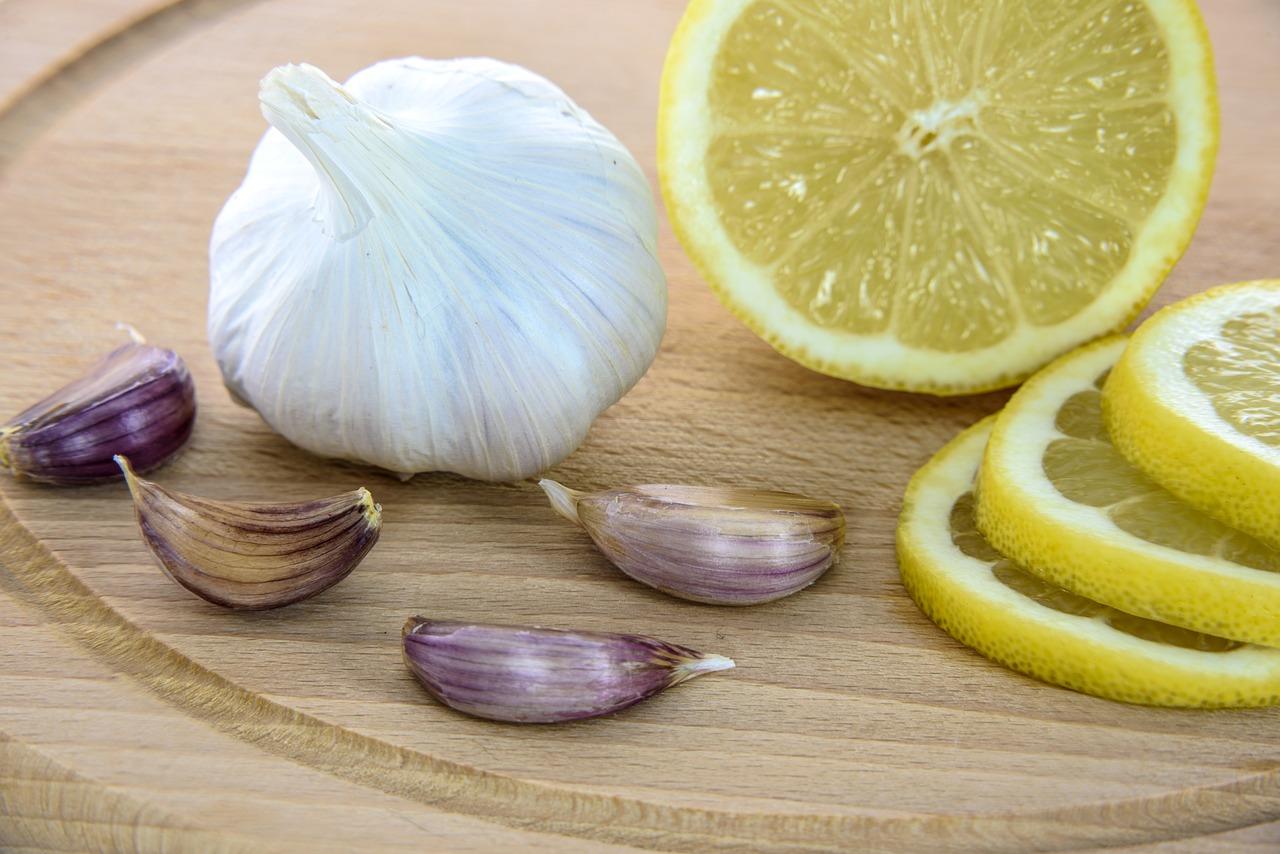 Роспотребнадзор опроверг миф о пользе лимонов и чеснока в профилактике коронавируса