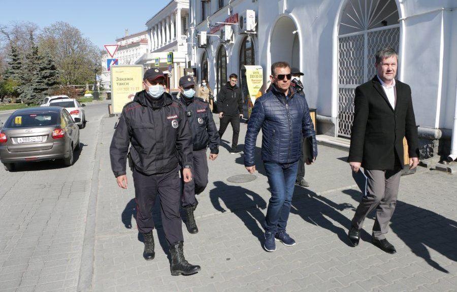 В Севастополе начали штрафовать гуляющих без пропуска