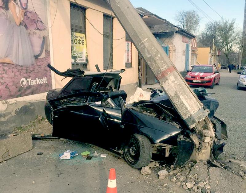 В Крыму автомобиль  Lada Priora въехал в электроопору