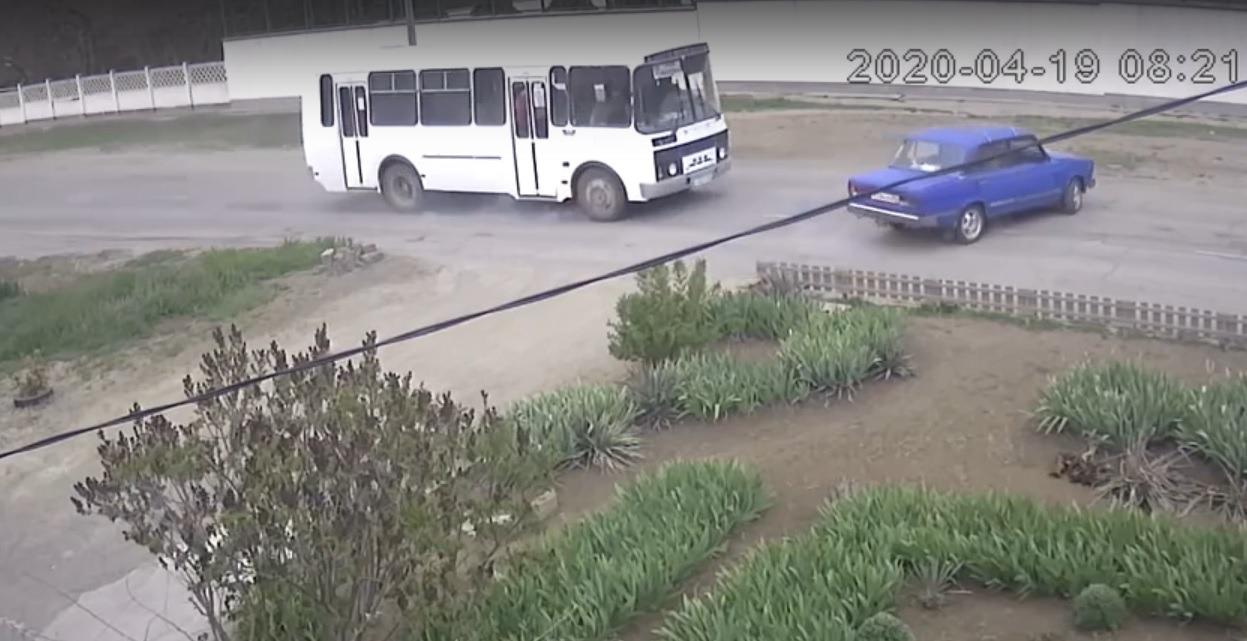 В Крыму автобус с пассажирами врезался в ВАЗ