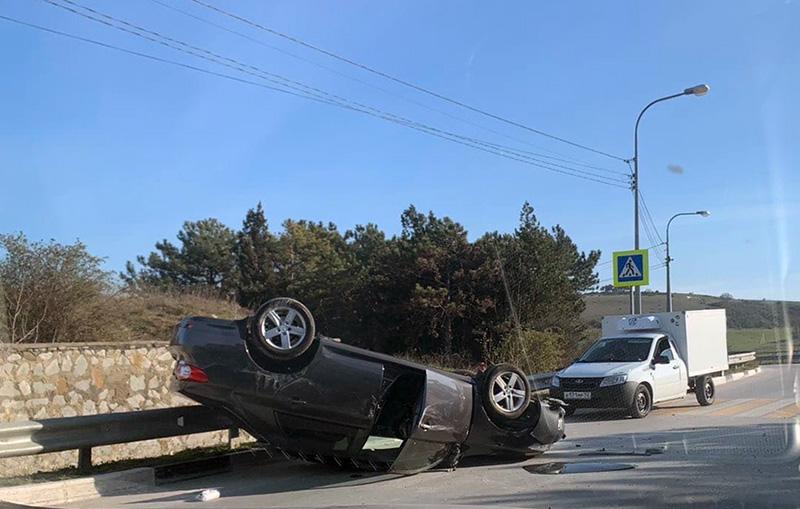На дороге в Севастополе перевернулась Toyota