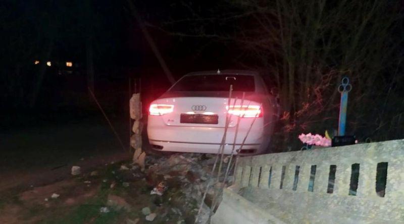 В Крыму пьяного водителя на Audi остановил столб на кладбище