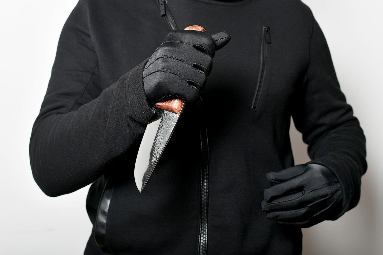 Крымчанин с ножом пытался ограбить офис службы доставки
