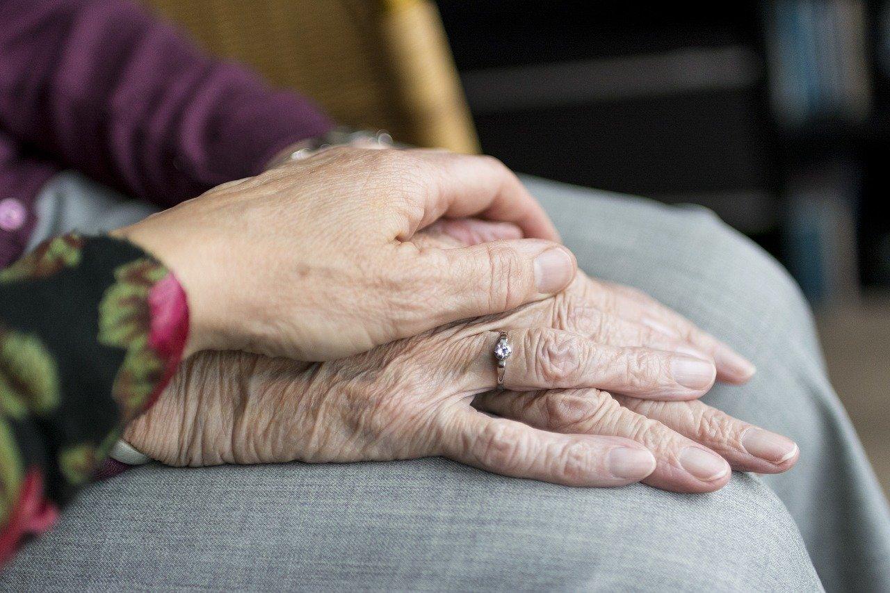 Крымчанам разрешили помогать пожилым родственникам в режиме изоляции