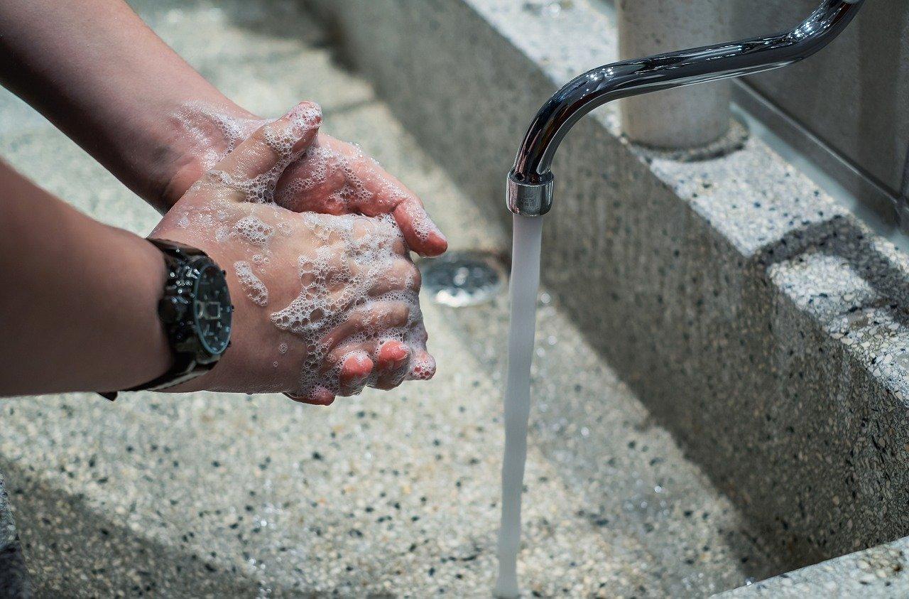 Как не погубить руки дезинфицирующими средствами – советы дерматолога