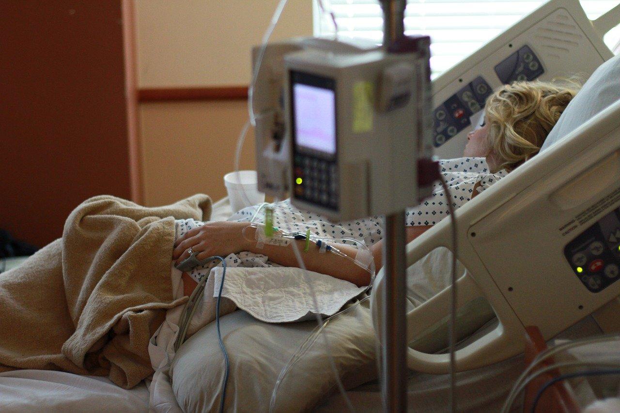 В Крыму пожилая женщина с коронавирусом находится в критическом состоянии