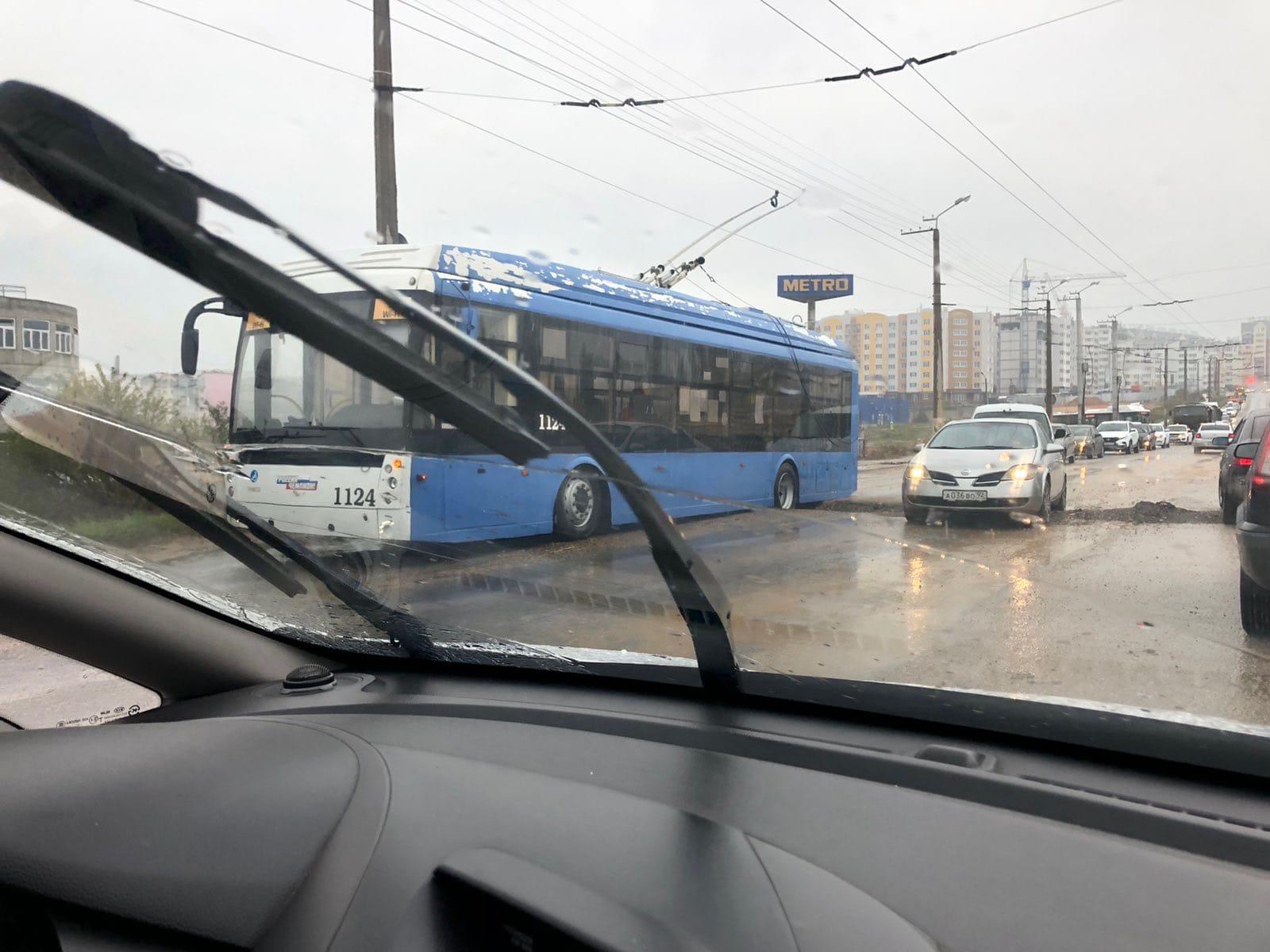 В Севастополе троллейбус застрял в траншее и заблокировал полосу движения