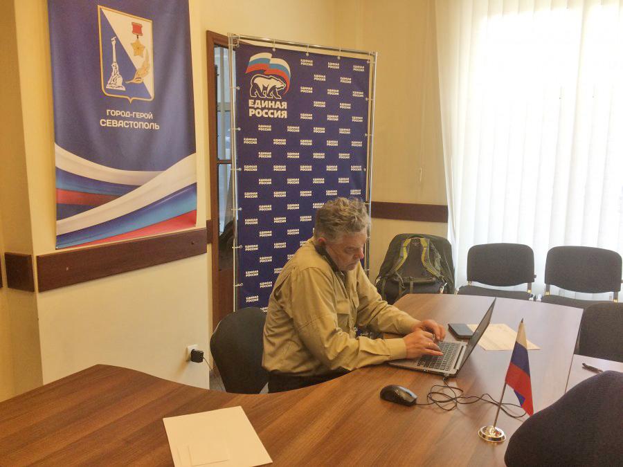 Севастопольский депутат решил пропиариться на чужих продуктовых наборах для нуждающихся