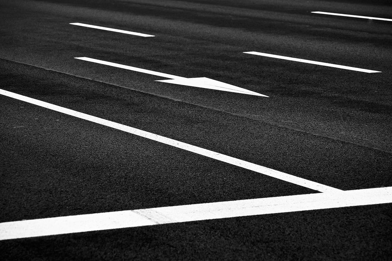 На дорогах Севастополя обновляют разметку
