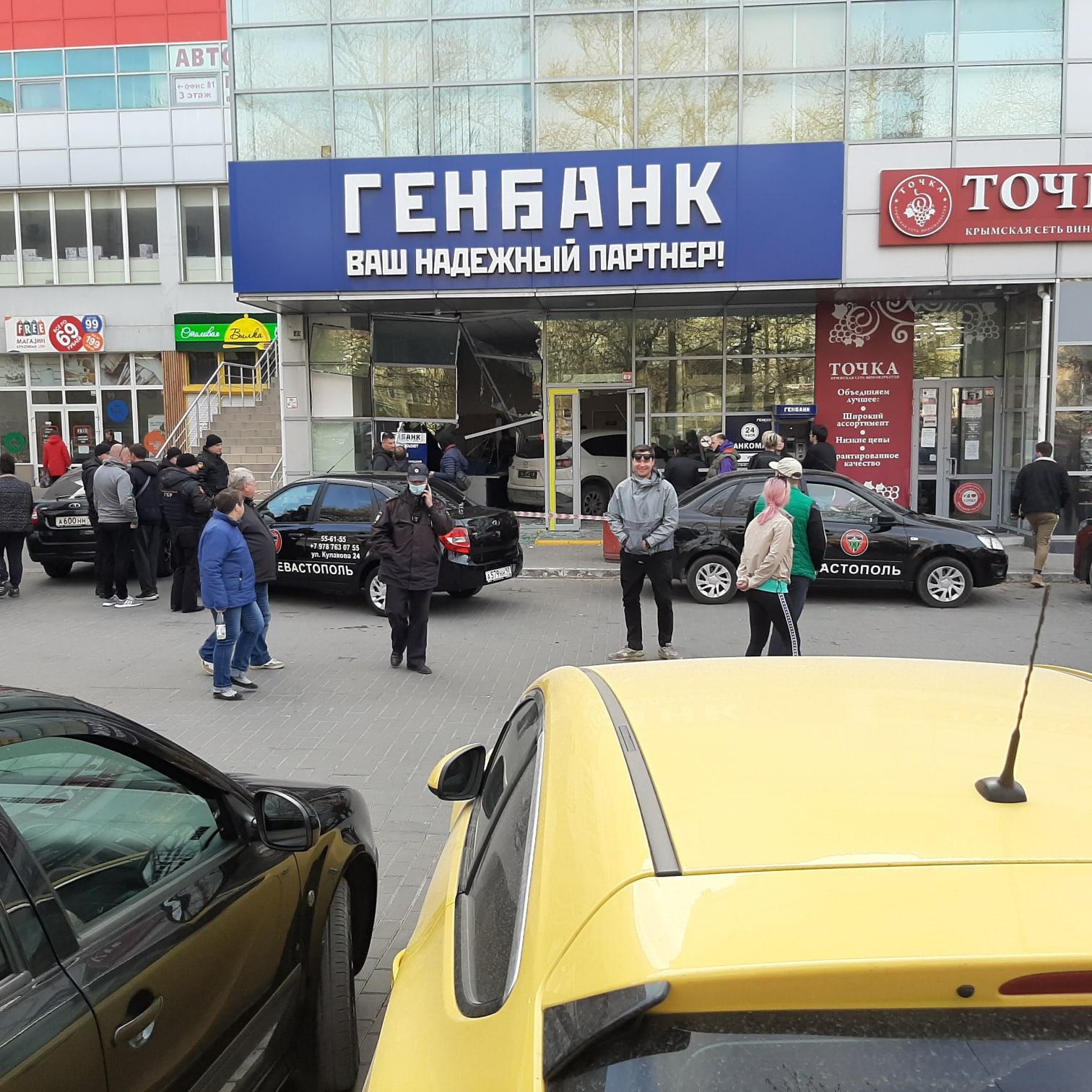 Перепутала педали: в Севастополе автоледи протаранила отделение банка