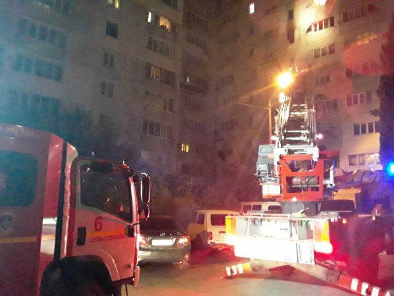 Ночью в Севастополе из-за пожара эвакуировали жильцов многоэтажки