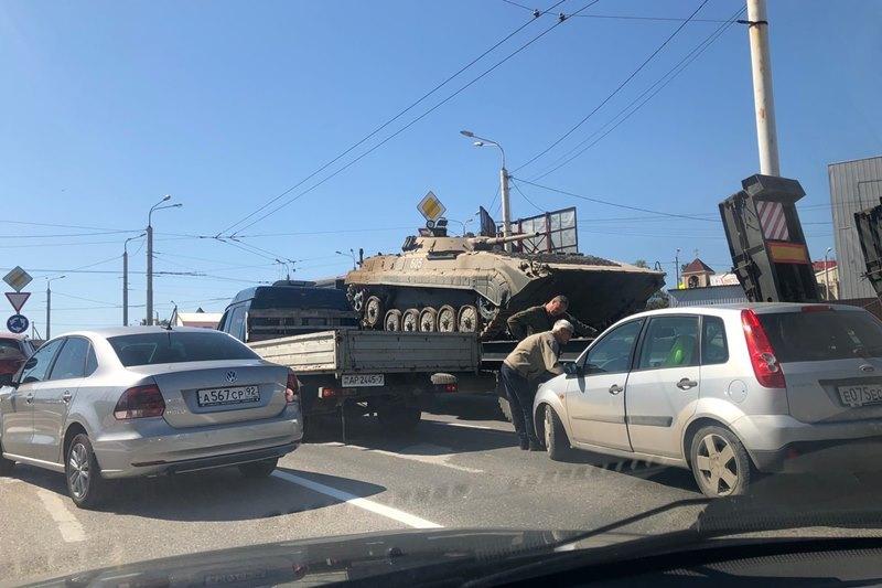На развязке в Севастополе столкнулись легковой автомобиль и танковый транспортёр