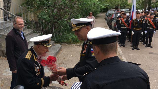 В Севастополе устроили парад под окнами ветерана