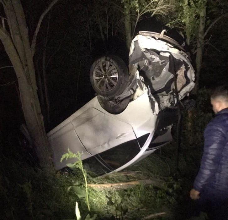 В Крыму автомобиль застрял в ветках деревьев