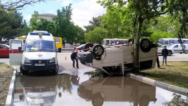 В Крыму на дороге перевернулся фургон с пассажирами