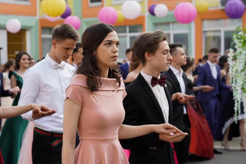 Выпускные вечера в России могут пройти в традиционном формате