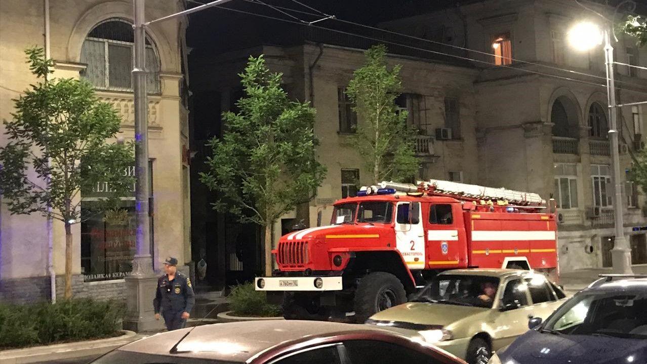В Севастополе ночью на Большой Морской загорелся жилой дом