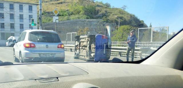 В Севастополе водитель так подрезал легковушку на мосту, что она перевернулась