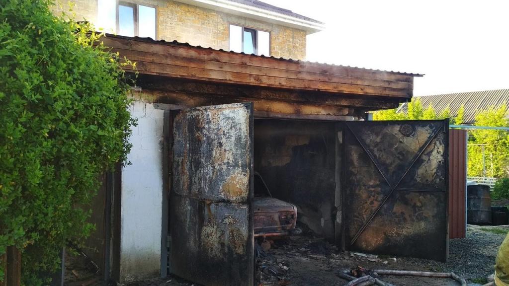 В Крыму дотла сгорел гараж с автомобилем