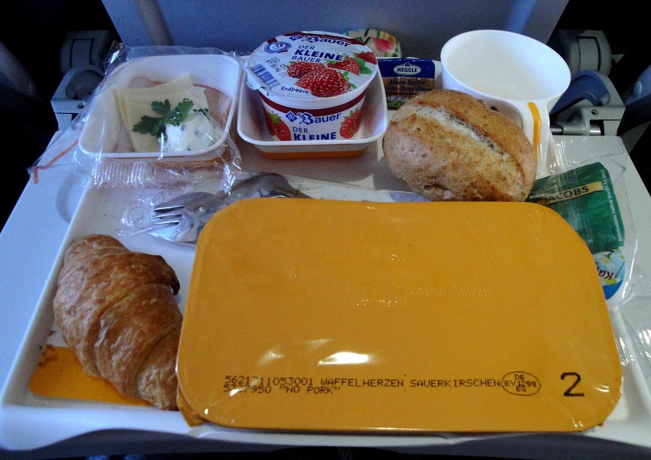 Стюардесса рассказала об опасности еды в самолете