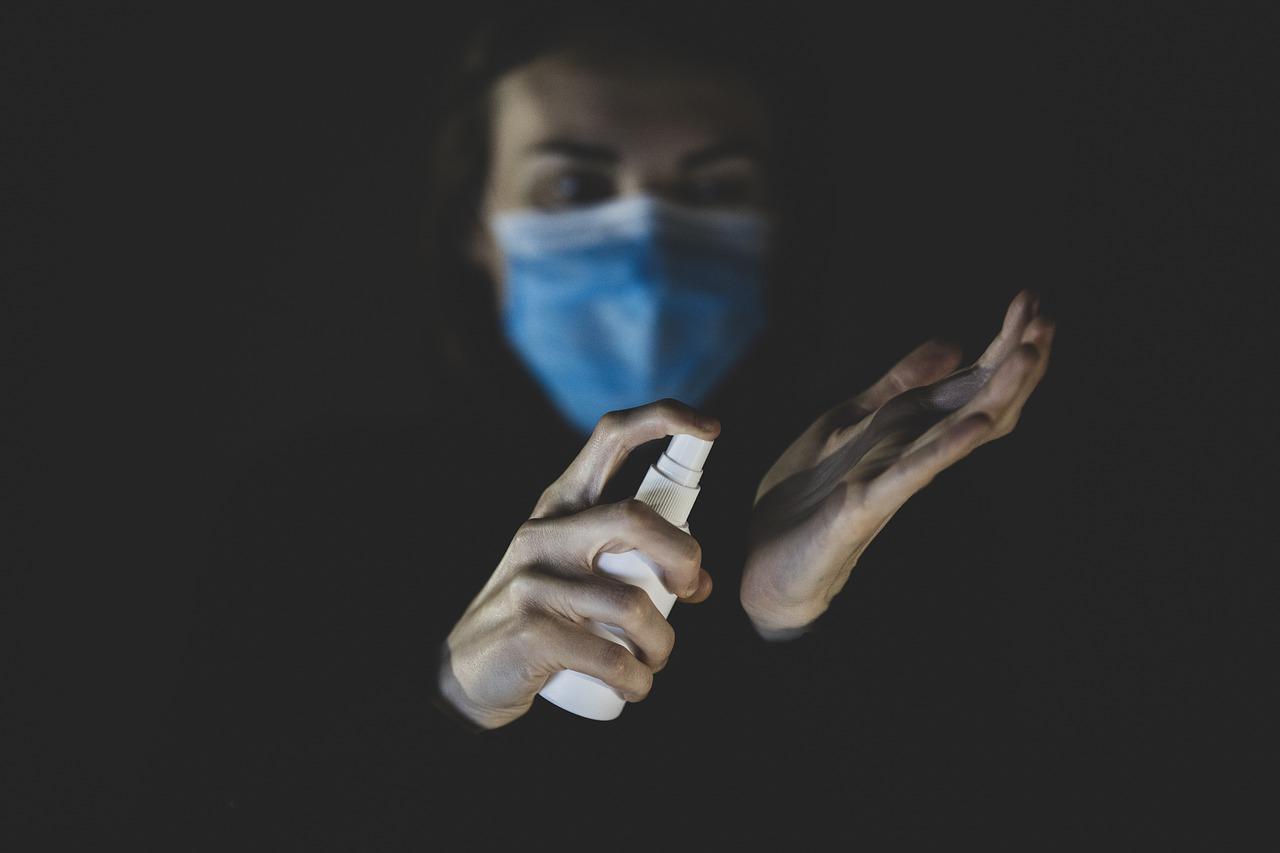 Выздоровевший от COVID человек может оставаться разносчиком инфекции