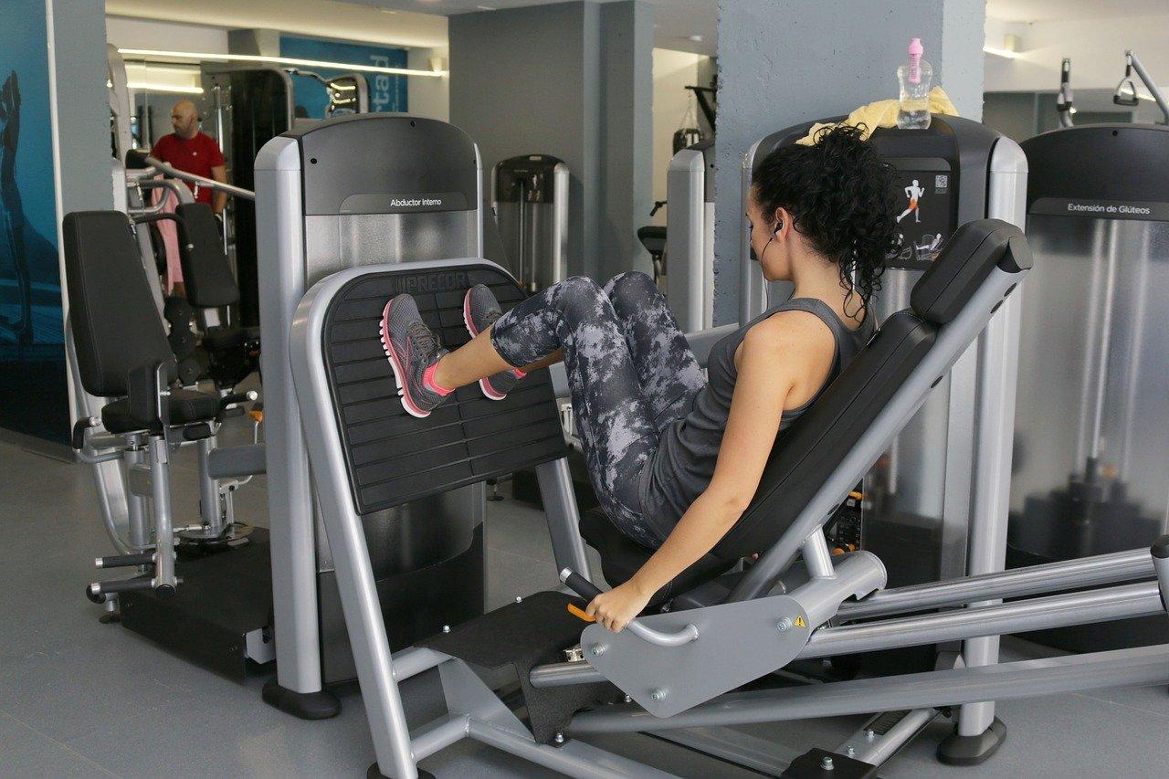 Медик рассказал, как не подхватить коронавирус в фитнес-зале и кино