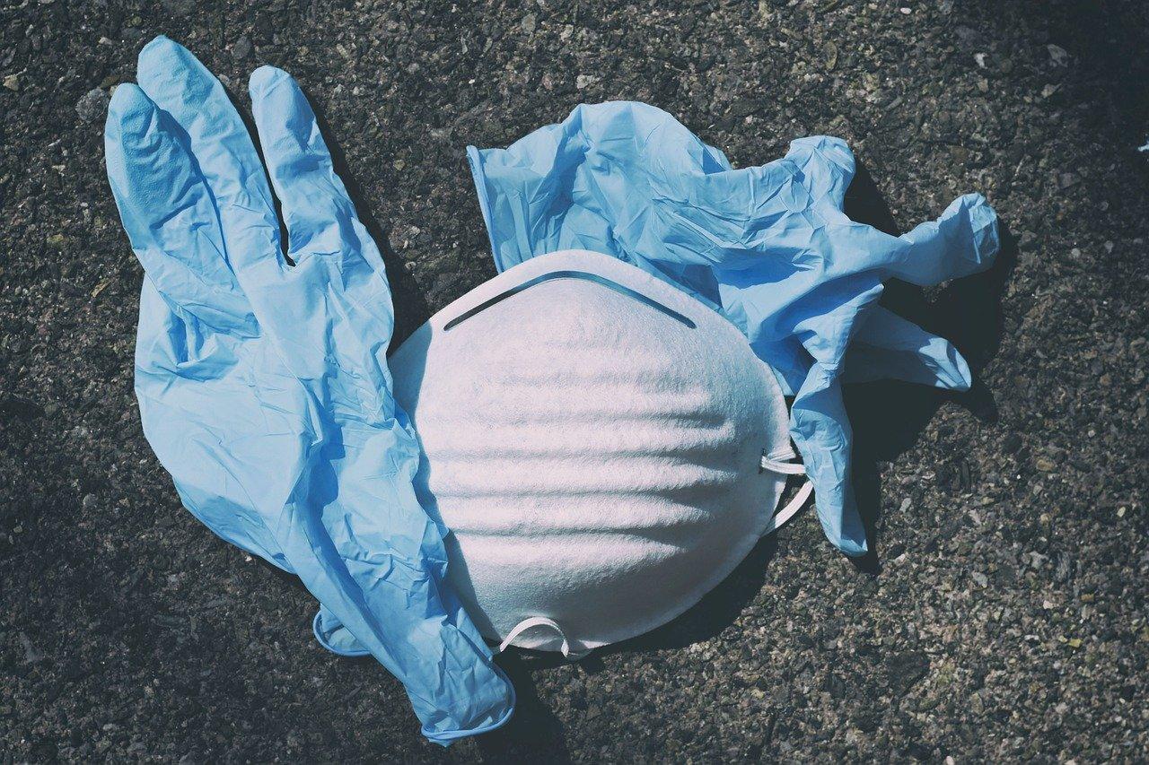 Врач рассказала о вреде перчаток и антисептиков для кожи рук