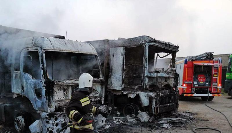 В Крыму ночью на спецстоянке сгорели два грузовика