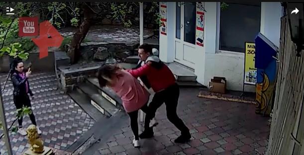 В Крыму мужчина избил продавщицу за требование надеть маску