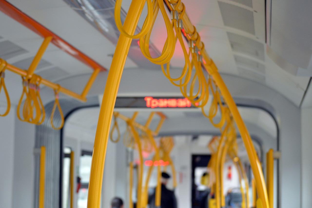 Набрасывался с кулаками на пассажиров и угрожал водителю: в севастопольском троллейбусе задержали дебошира