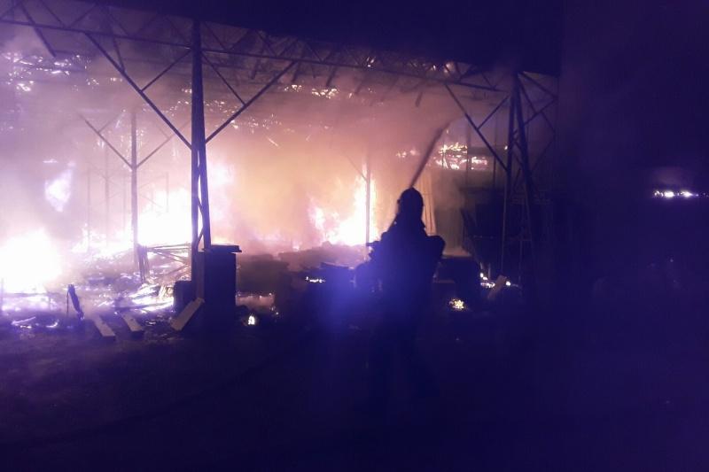 Ночью в Севастополе сгорел склад с керамической плиткой и сантехникой