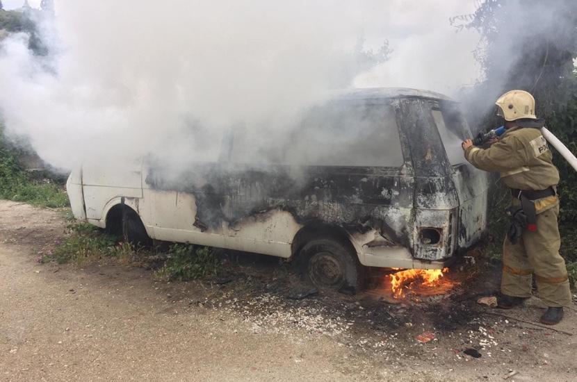 В Севастополе сгорел бесхозный автомобиль