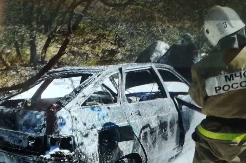 Под Севастополем автомобиль въехал в дерево и загорелся