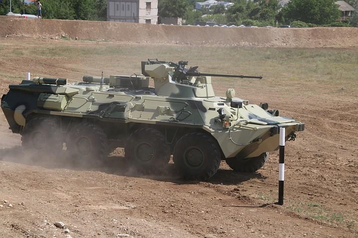 БТР в Крыму снес опору ЛЭП и скрылся