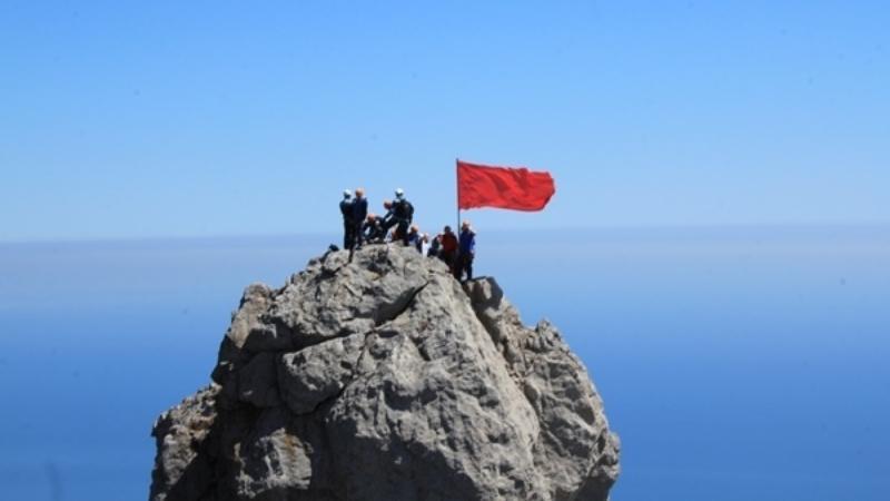 В Крыму 9 мая на горных вершинах установят Знамя Победы