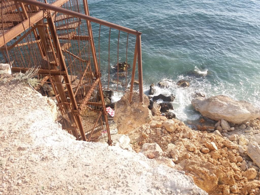 Очевидцы опубликовали видео с места обвала грунта на пляже в Севастополе