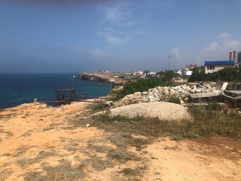 На севастопольском пляже произошел 500-тонный обвал грунта